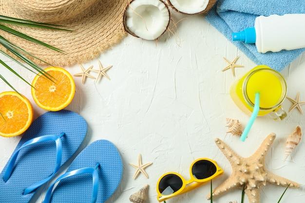 Composition plate avec des accessoires de vacances d'été sur fond de couleur, espace pour le texte et vue de dessus. joyeuses fêtes