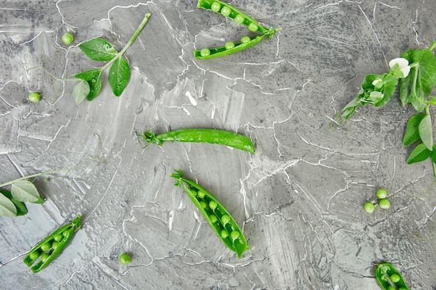 Composition plate avec de délicieux pois verts frais