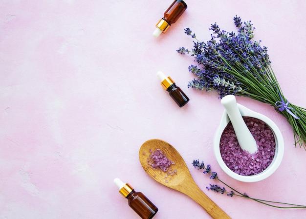 Composition plate avec des fleurs de lavande et des cosmétiques naturels