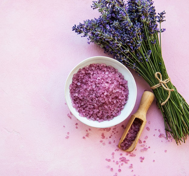 Composition plate à fleurs de lavande et sel de mer naturel