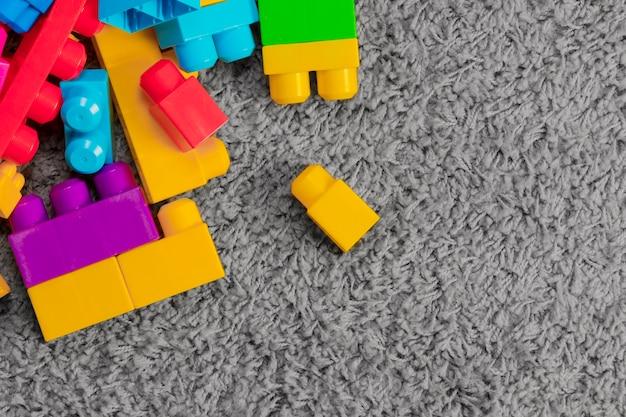 Composition plate de jouets avec fond