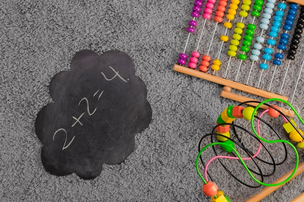 Composition plate de jouets et gabarit d'ardoise