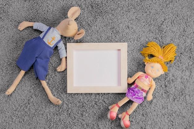 Composition plate de jouets et gabarit de cadre