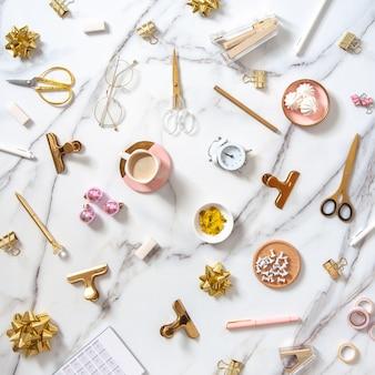 Composition plate laïque avec objets de décoration de noël, papeterie de bureau, réveil et café.