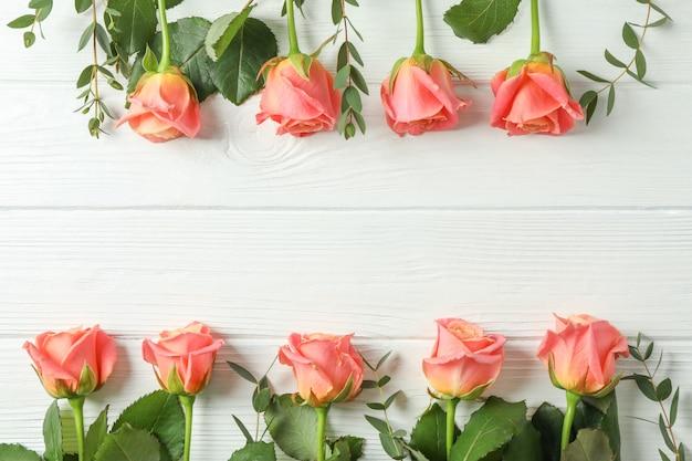 Composition plate avec des roses roses