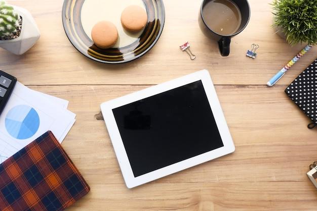 Composition plate de tablette numérique et bureau fixe sur fond noir