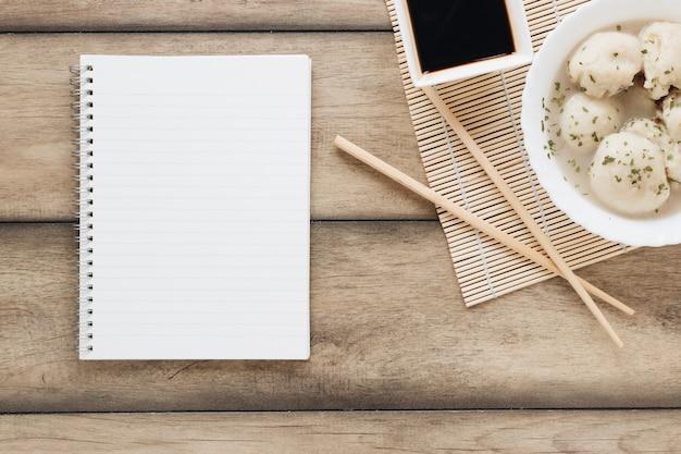 Composition de plats asiatiques plats poser avec cahier