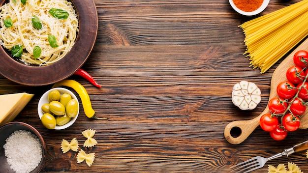Composition de plats italiens plats laïcs avec fond