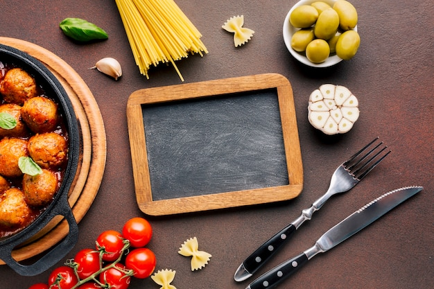 Composition de plats italiens plats poser avec modèle d'ardoise