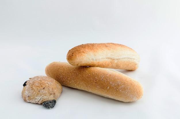 Composition de plusieurs pains isolés sur fond blanc