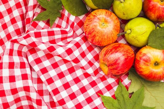 Composition avec pommes et poires sur textile