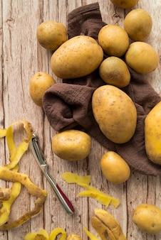 Composition de pommes de terre crues sur fond de bois