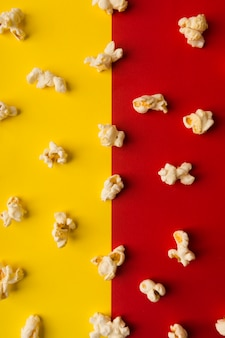 Composition de pop-corn sur fond bicolore