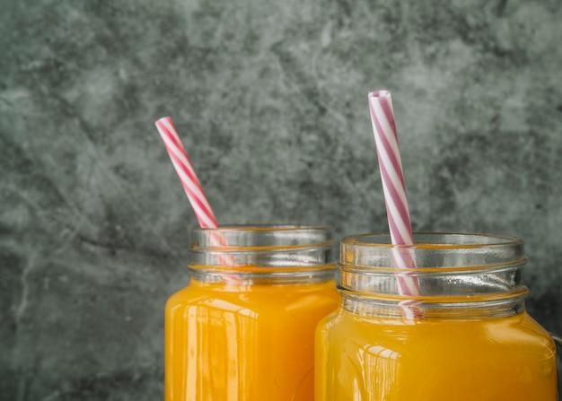 Composition avec des pots en verre avec du miel