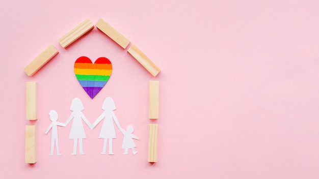 Composition pour le concept de famille lgbt sur fond rose avec espace copie