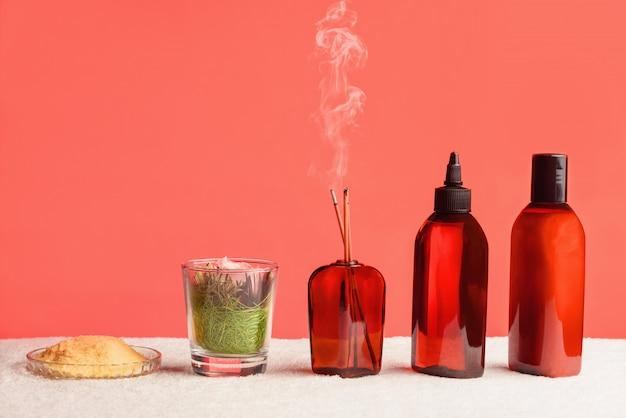 Composition pour les procédures de spa à partir de bouteilles d'huile, de sel de mer, de fleurs et d'encens. concept de spa.