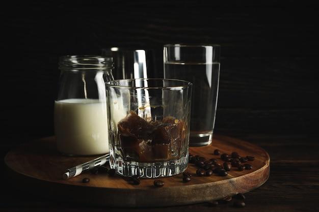 Composition de préparer du café glacé sur bois