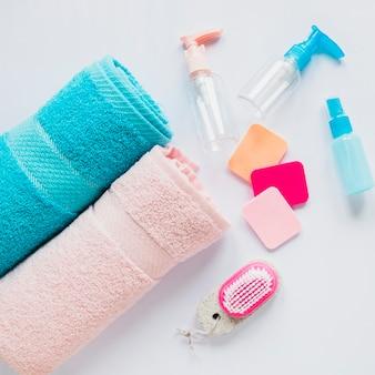 Composition de produits de beauté avec deux serviettes