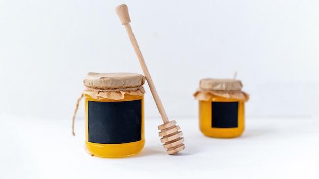 Composition de produits de miel. du miel dans des bocaux et une cuillère spéciale.