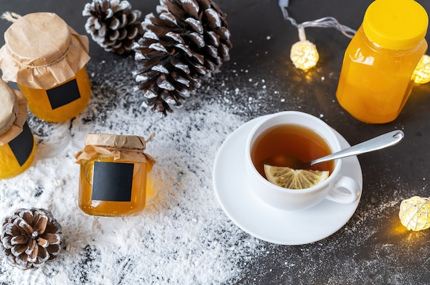 Composition de produits de miel. miel en pots, thé et pommes de pin.