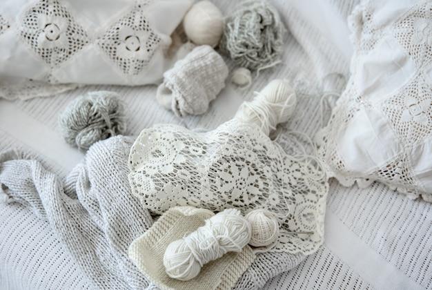 Composition de produits tricotés à la main et de fils aux couleurs pastel.