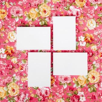 Composition de quatre cartes de visite vierges maquette sur beau bakground floral