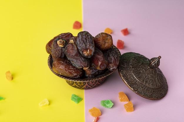 Composition de ramadan avec des dattes séchées et des bonbons