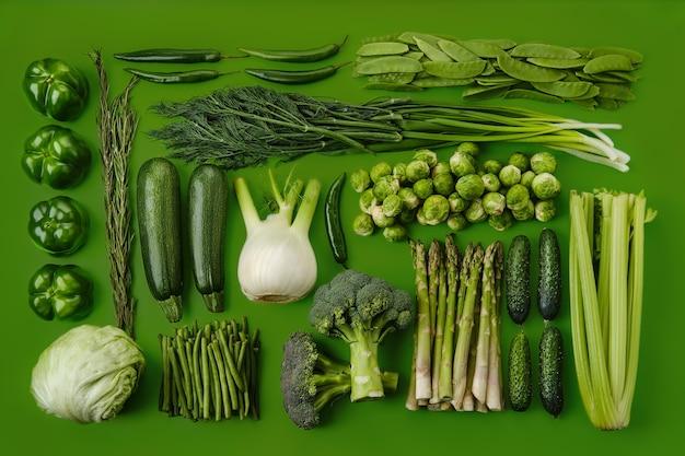 Composition rectangulaire avec divers légumes verts sur une surface verte