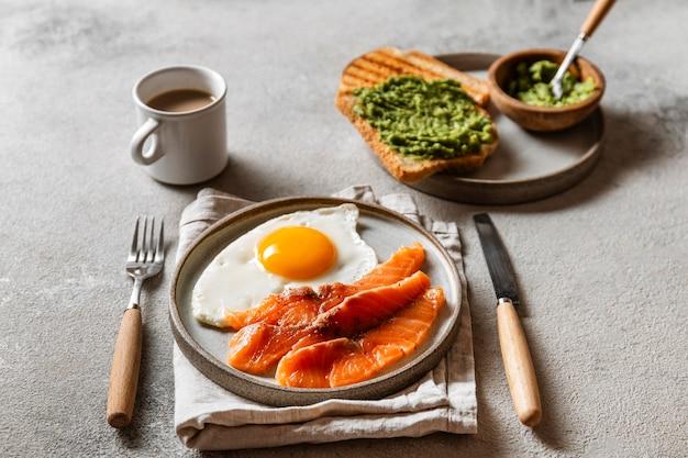 Composition de repas de petit déjeuner délicieux angle élevé