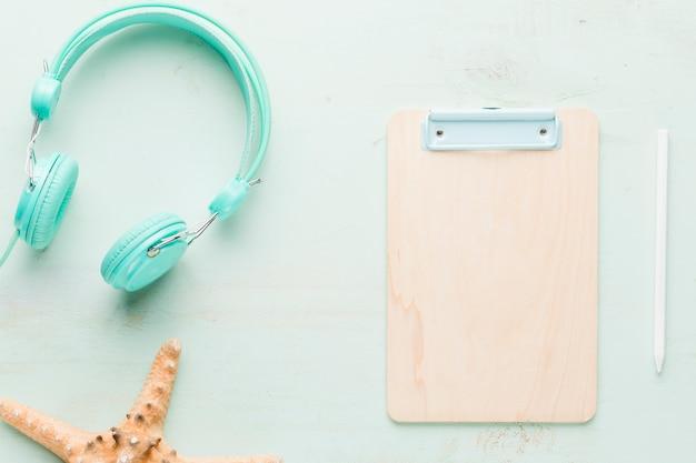 Composition de repos avec tablette de bureau sur une surface claire