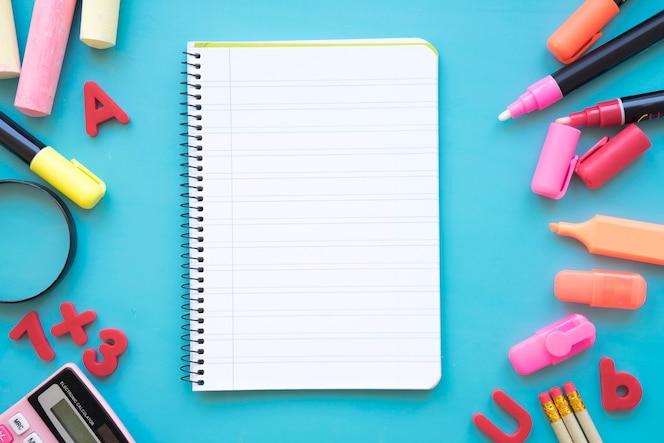 Composition de retour à l'école avec bloc-notes