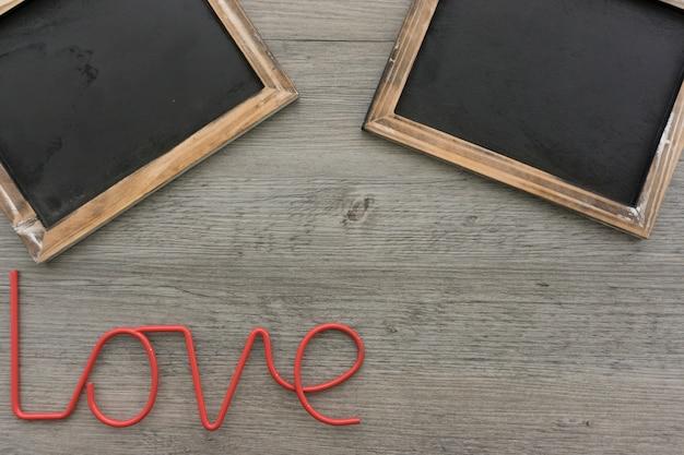 Composition romantique avec deux ardoises