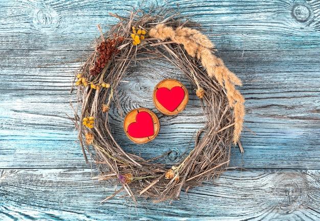 Composition romantique de deux coeurs et un cadre sur un fond en bois.