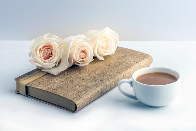 Composition romantique de fleurs plates.