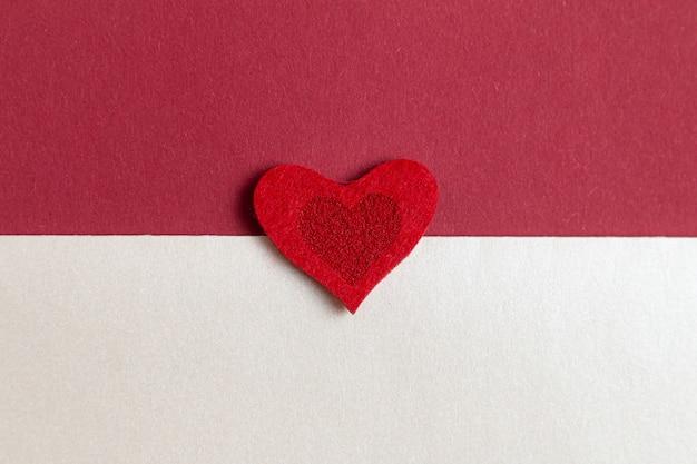 Composition romantique de la saint-valentin avec des coeurs rouges