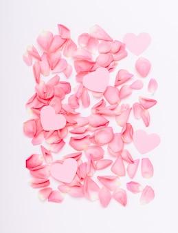 La composition de roses roses et de coeurs.