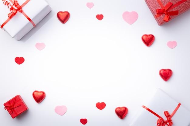 Composition de la saint-valentin avec des cadeaux et des coeurs