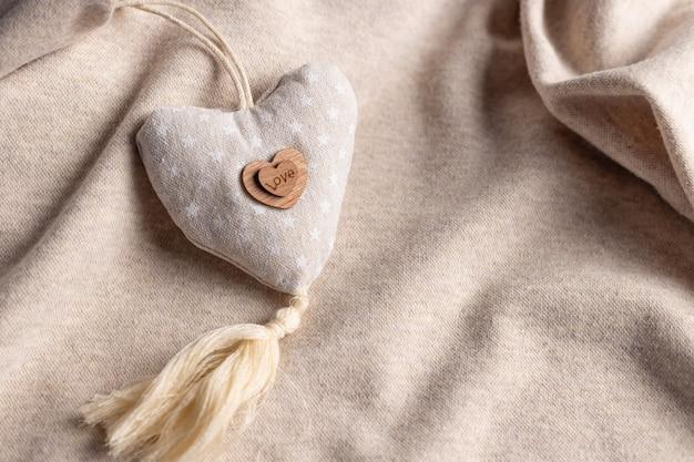 Composition de la saint valentin avec coeur beige doux