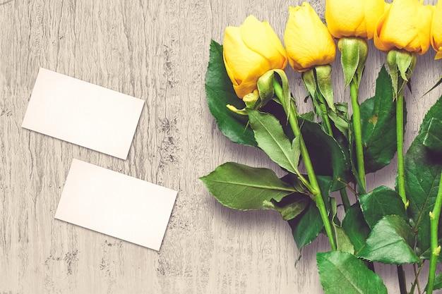 Composition de la saint-valentin avec des fleurs roses et des cartes de voeux