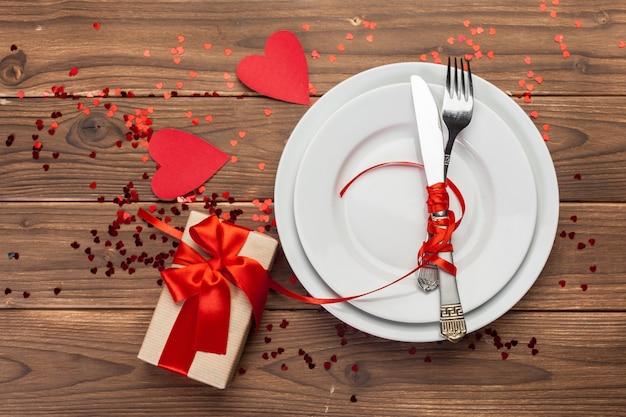 Composition de saint valentin sur une table en bois