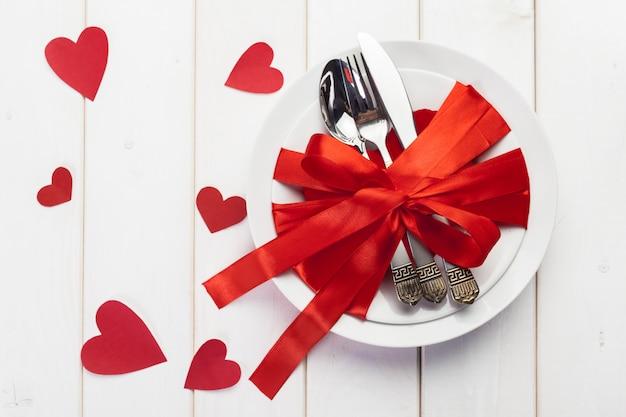 Composition de la saint-valentin sur table en bois