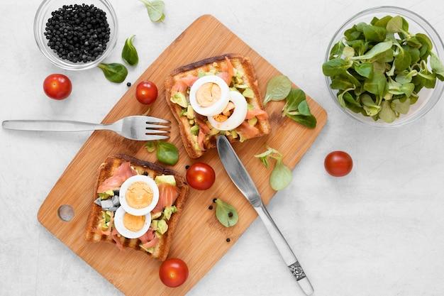 Composition de sandwichs frais sur fond blanc