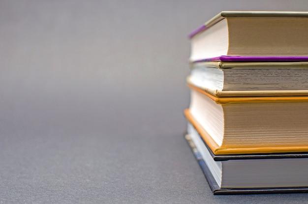 Une composition simple de nombreux livres cartonnés sur fond noir. retour à l'école. notion d'éducation. espace de copie.