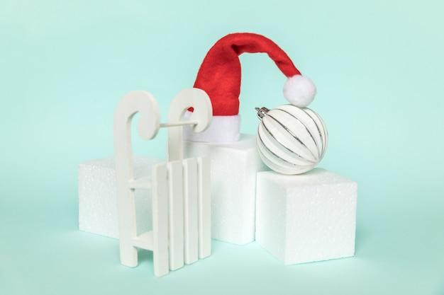 Composition simplement minimale objets d'hiver ornement et formes cubiques forme géométrique podium isolé bl...