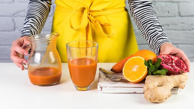 Composition de smoothie maison sur table