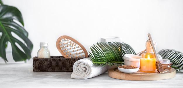 Composition de spa avec des articles de soin sur un mur clair