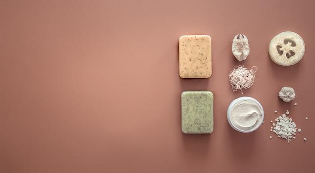 Composition de spa avec des articles de soins corporels sur un fond coloré.