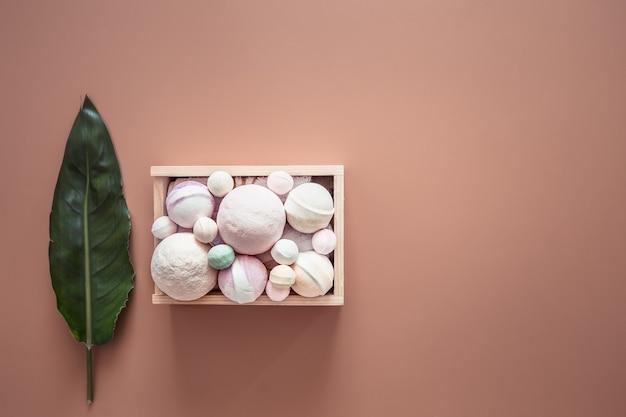 Composition de spa avec des articles de soins corporels sur un mur coloré.