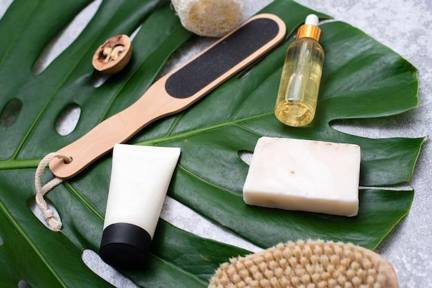 Composition de spa avec des articles de soins corporels et des plantes sur fond gris. vue de dessus.