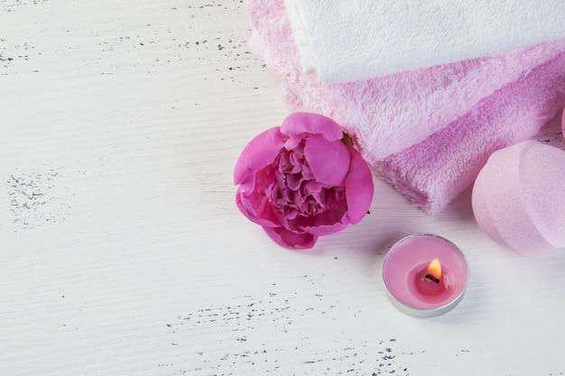 Composition spa avec bombes de bain et pivoine rose